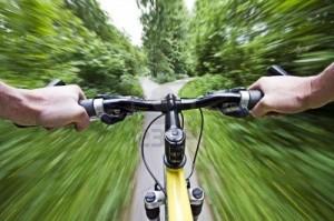 4922932 bicicleta de montana cuesta abajo rapido descenso de cerca 300x199 - LOS DESCENSOS EN ENTRENAMIENTO - COMPETICIÓN CICLISMO Y TRIATLÓN