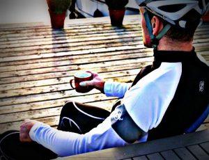 ciclista descansando 500x383 300x230 - LA IMPORTANCIA DEL DESCANSO TRAS UNA TEMPORADA DE ENTRENAMIENTO Parte I