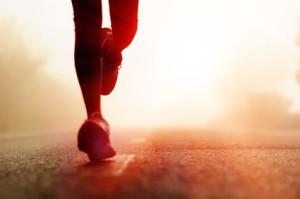 resistencia deporte 300x199 - Athlete running road silhouette
