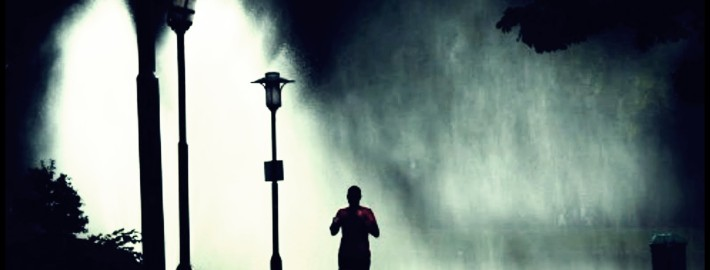correr noche lluvia 111 710x270 - 4 TRUCOS PARA CORRER BAJO LA LLUVIA