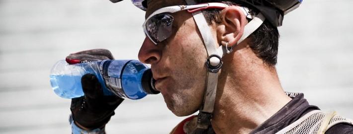 powerade ion4 ciclista 710x270 - COMO AFECTA EL CALOR EN EL ENTRENAMIENTO DE TRIATLÓN O CICLISMO