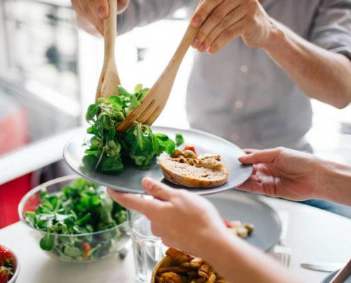 7 alimentos que debes dejar de comer para adelgazar en dos dias 495x400 - QUÉ COMER TRAS LOS EXCESOS DE LAS COMIDAS PRENAVIDEÑAS O NAVIDEÑAS