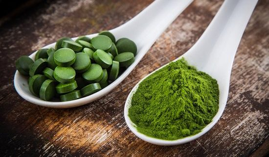 spirulina in tablet and powder form 550x321 - ALIMENTOS ALTERNATIVOS A LA CARNE