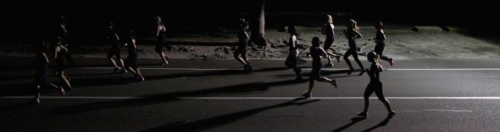 Grupo correr de noche 700x186 - ¿PUEDE SER PERJUDICIAL ENTRENAR POR LA NOCHE?